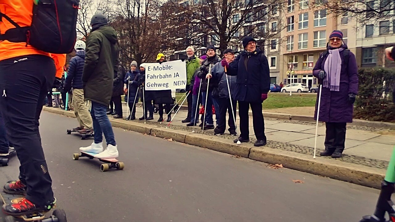 Berlin-eMotion-Demonstration-elektro-Mobility_02